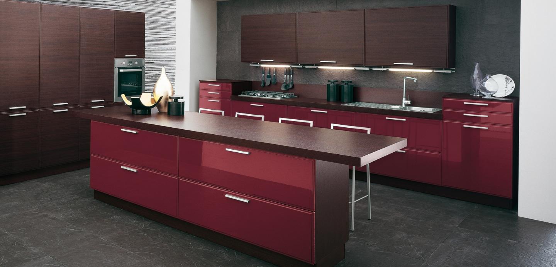 Интерьер серой кухни с гарнитуром цвета бургундского вина