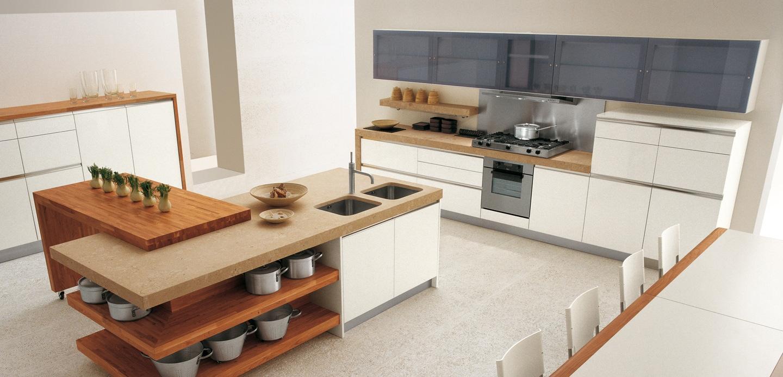 Дизайн светлого кухонного острова с деревянными полками в интерьере кухни