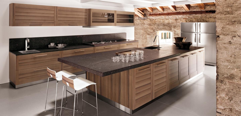 Деревянный гарнитур с тёмной мраморной столешницей в интерьере кухни