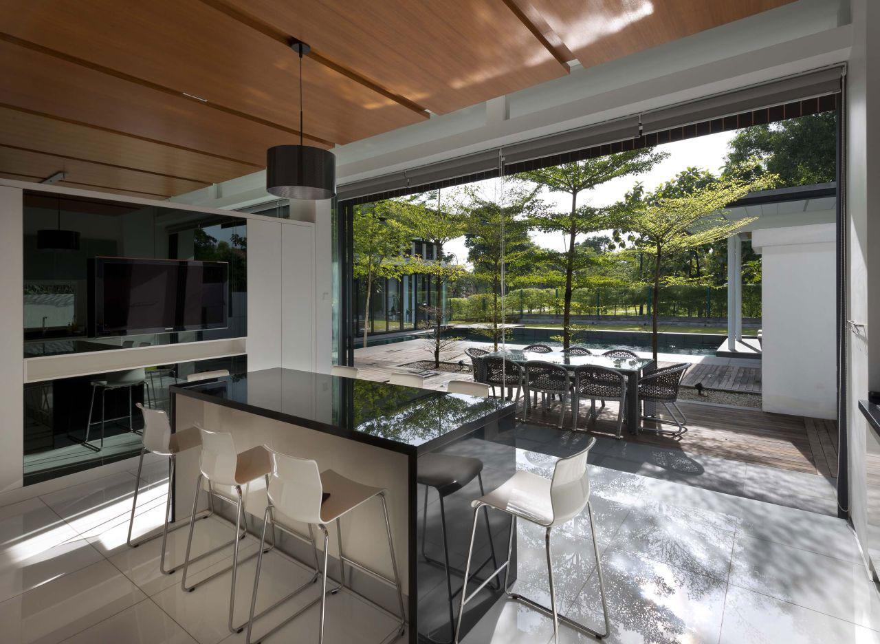 Дизайн стульев для кухни в белом цвете в интерьере загородного дома