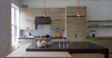 Интересное дизайнерское решение кухни для большой семьи