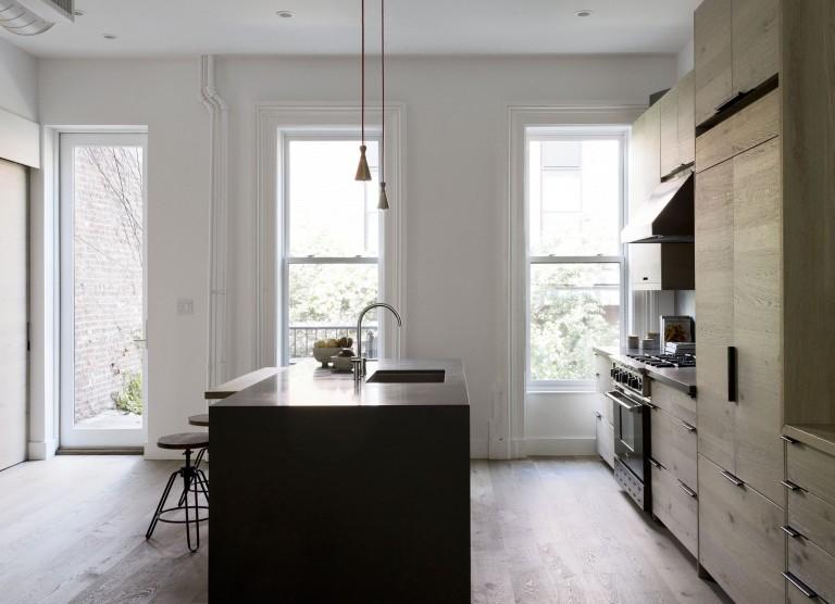 Дизайнерское решение кухни: тёмный кухонный остров