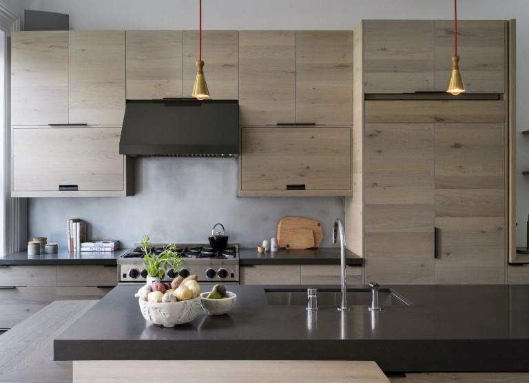 Дизайнерское решение кухни: серо-бежевый гарнитур