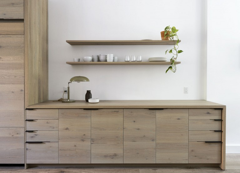 Дизайнерское решение кухни: открытые навесные полки
