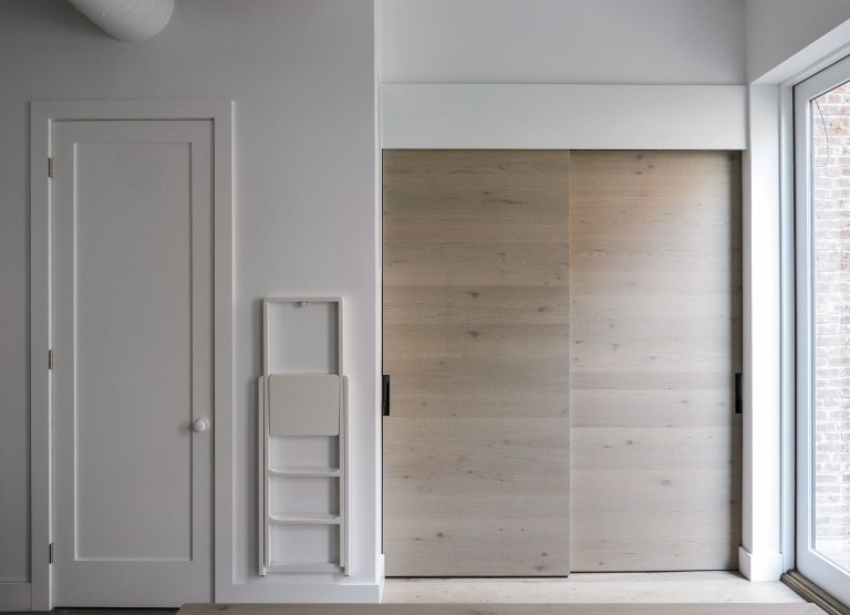 Дизайнерское решение кухни: раздвижные деревянные двери