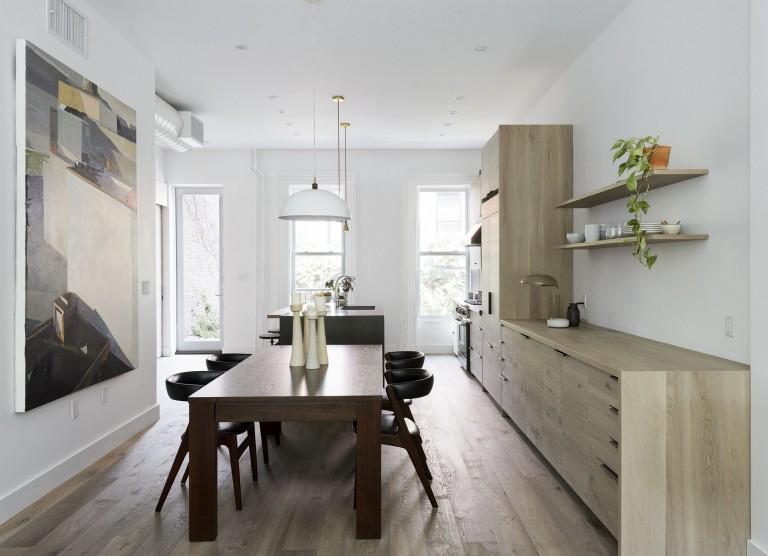 Дизайнерское решение кухни: массивный деревянный стол