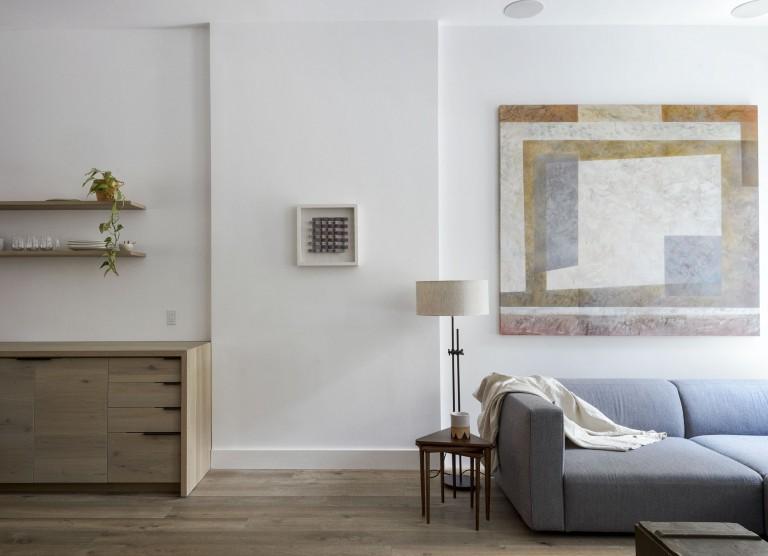 Дизайнерское решение кухни: бледно-голубой диван в интерьере