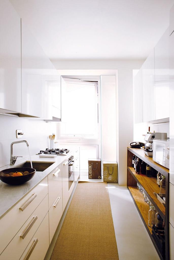 Интерьер белой кухни с деревянными акцентами