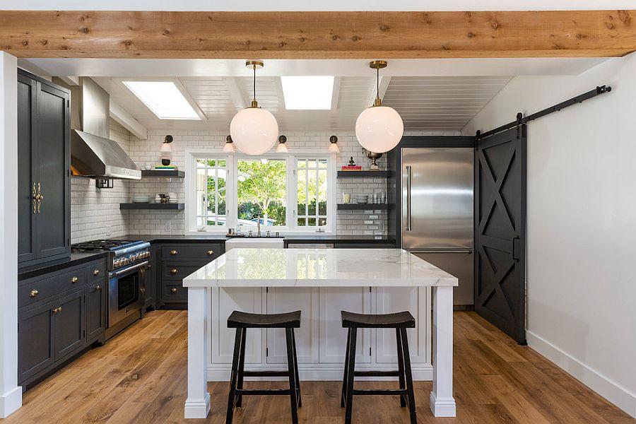 Шкаф за раздвижными дверями в интерьере кухни - Фото 1