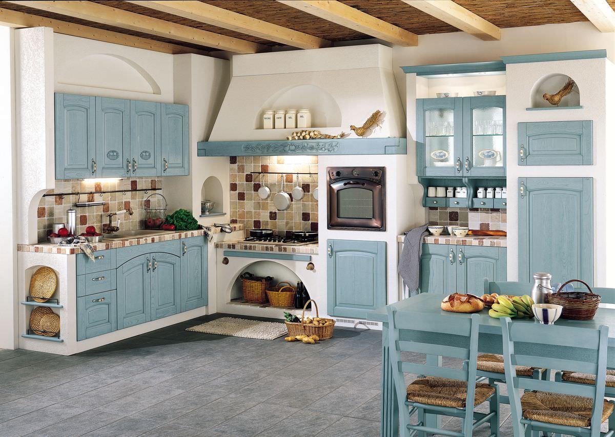 Двухцветные кухонные гарнитуры в интерьере современной квартиры