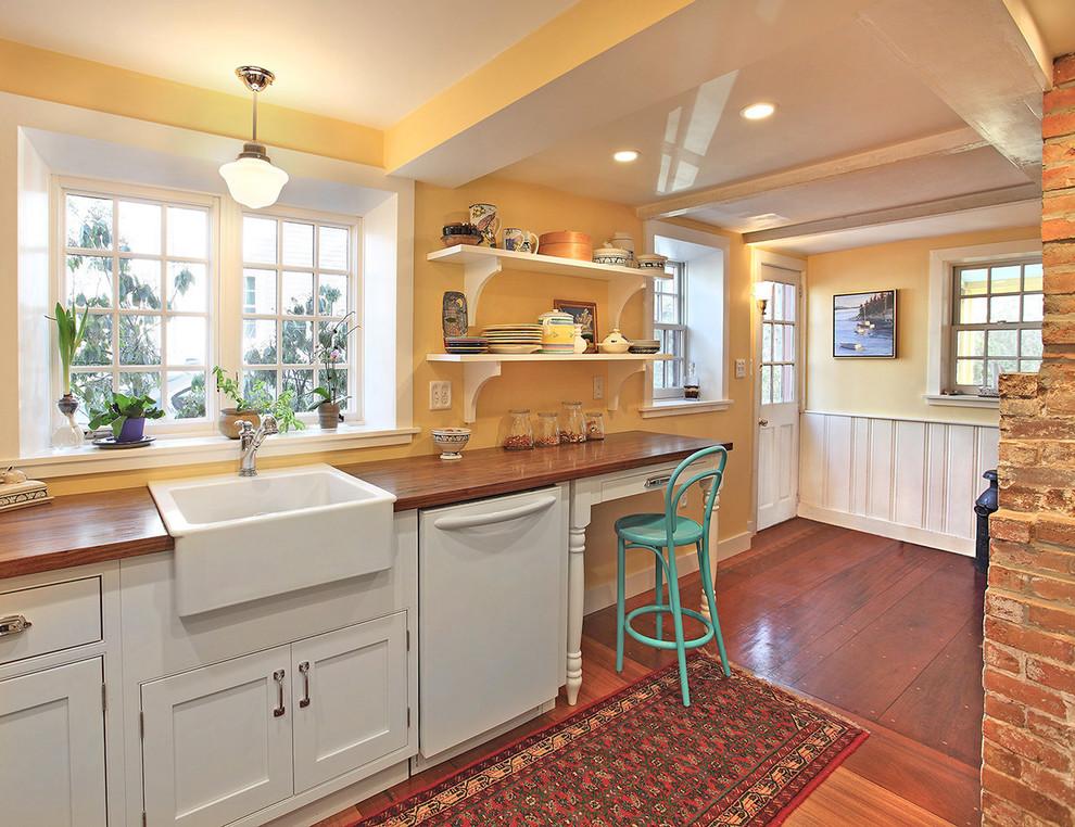 Интерьер просторной кухни с керамической мойкой