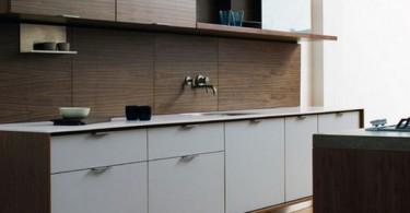 Дизайн интерьера эко-кухни из натурального дерева в в тёмной гамме