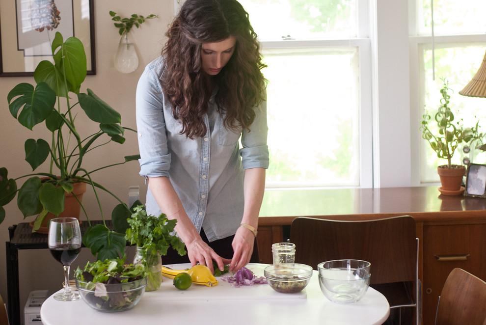 Дизайнер Kate Taylor, приготавливающая завтрак на кухне