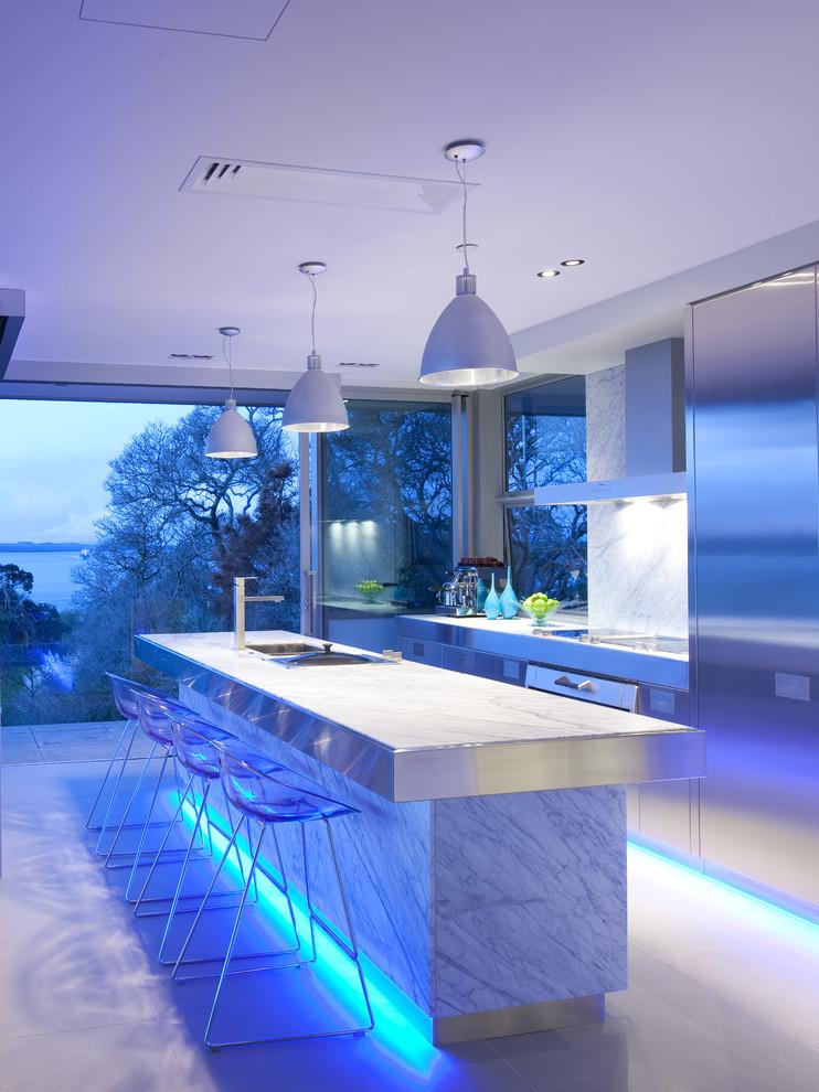 Светодиодная голубая подсветка в интерьере кухни