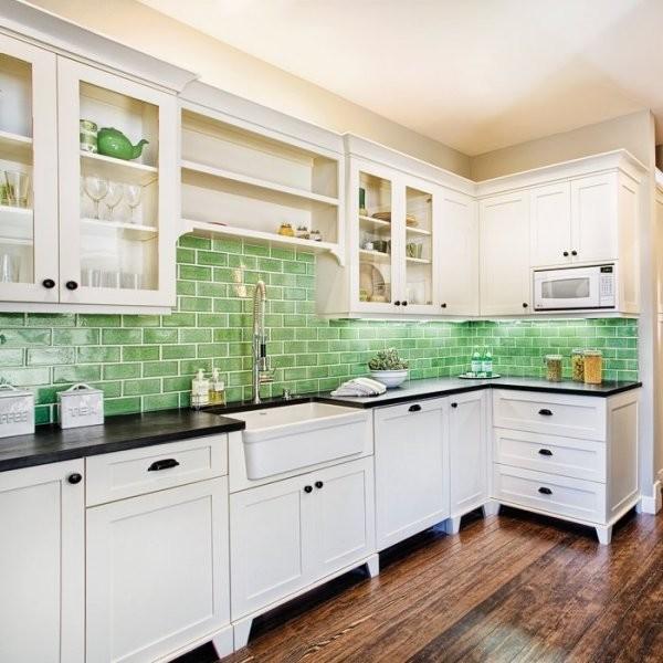 Светло-зелёная плитка «метро»в дизайне кухонного фартука