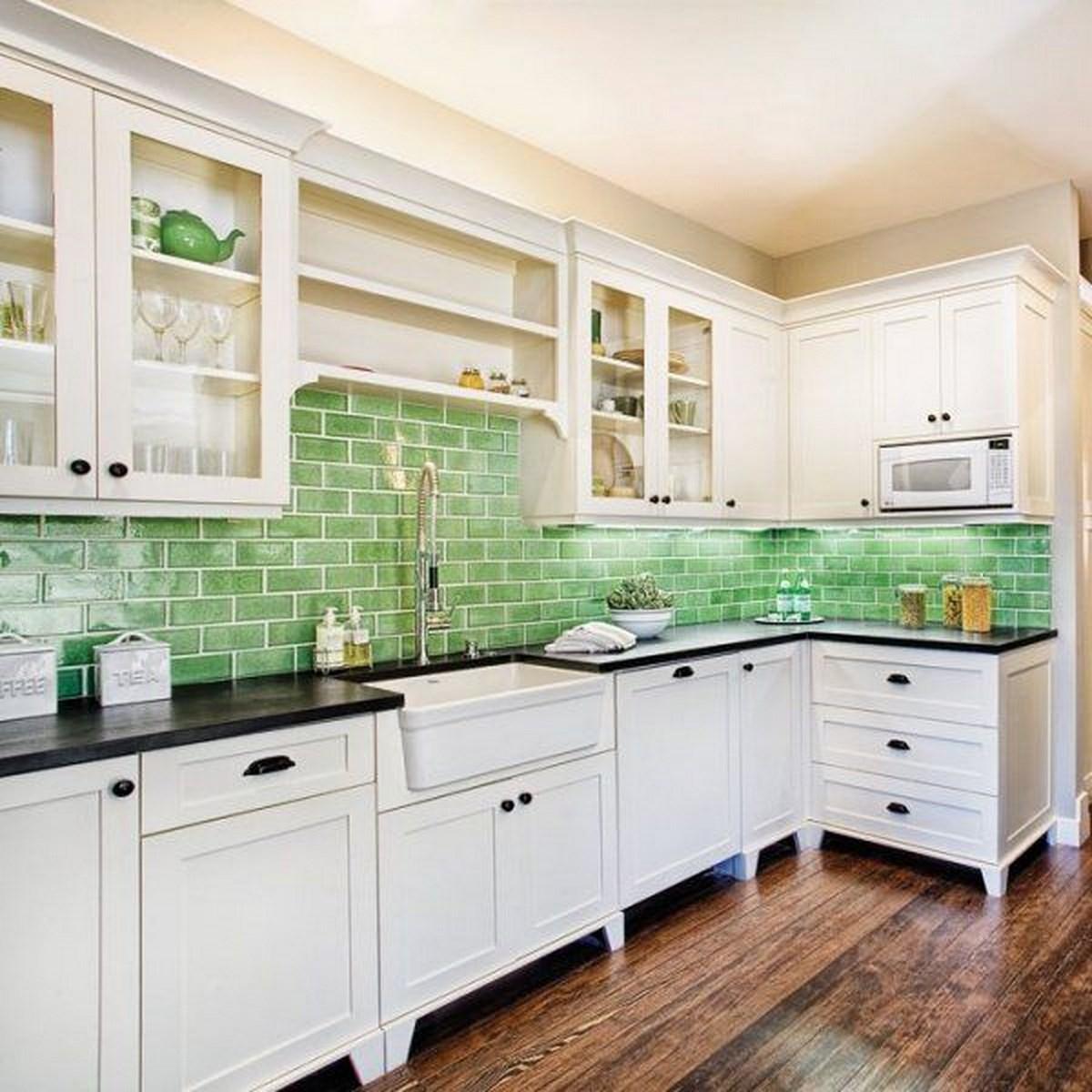 Ярко-зеленая плитка в интерьере кухни