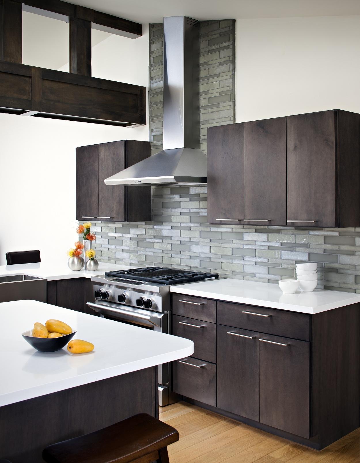 Оформление кухонного фартука серой плиткой