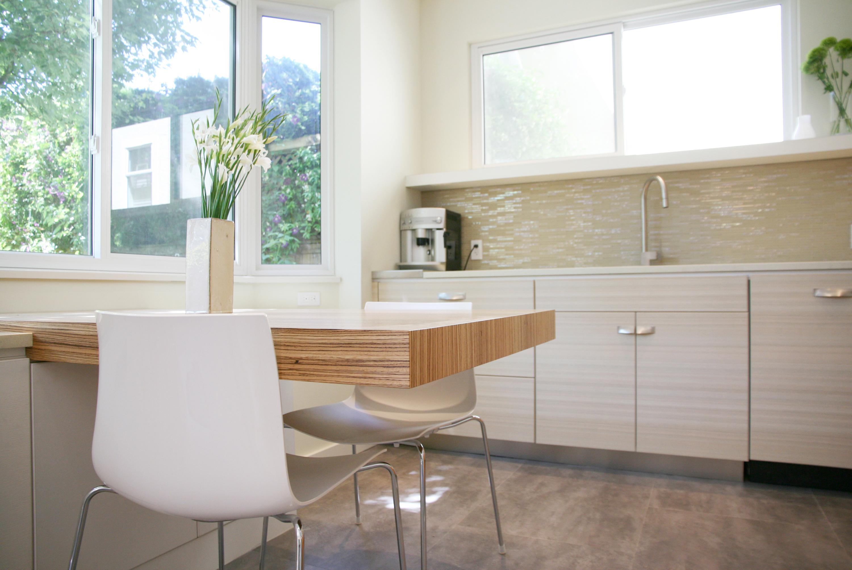 Стеклянная плитка с керамическими элементами в интерьере кухни