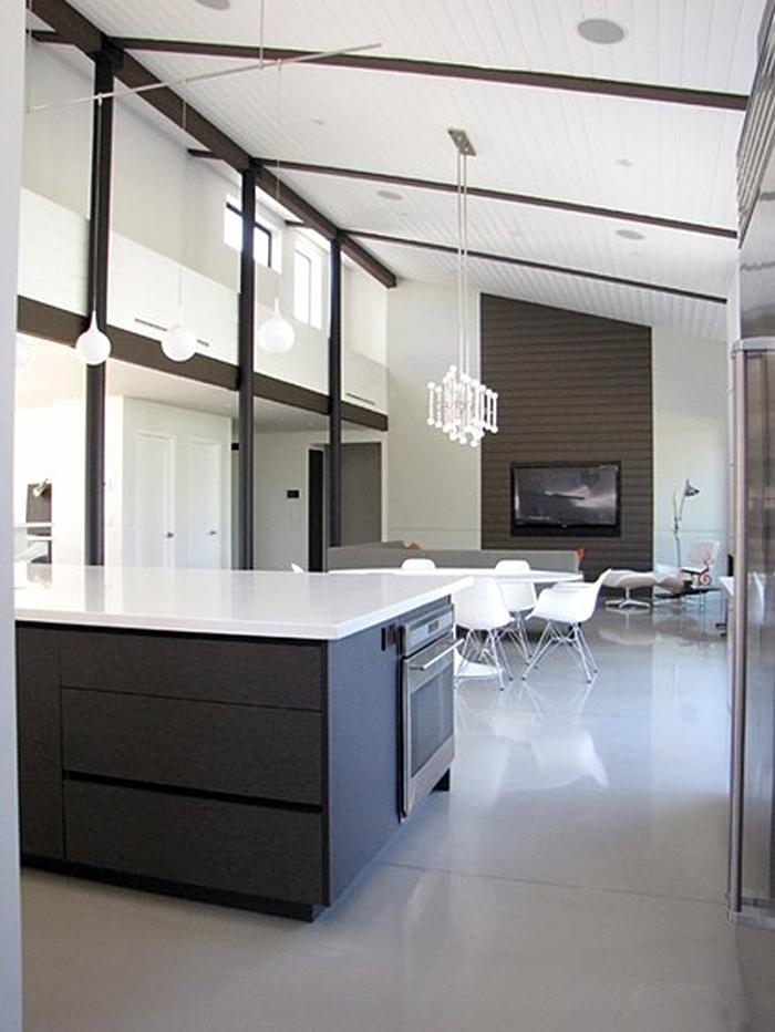 Креативные подвесные светильники в стильном интерьере кухни