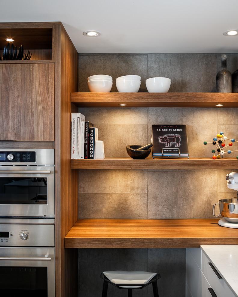 Открытые деревянные полки с белой керамической посудой