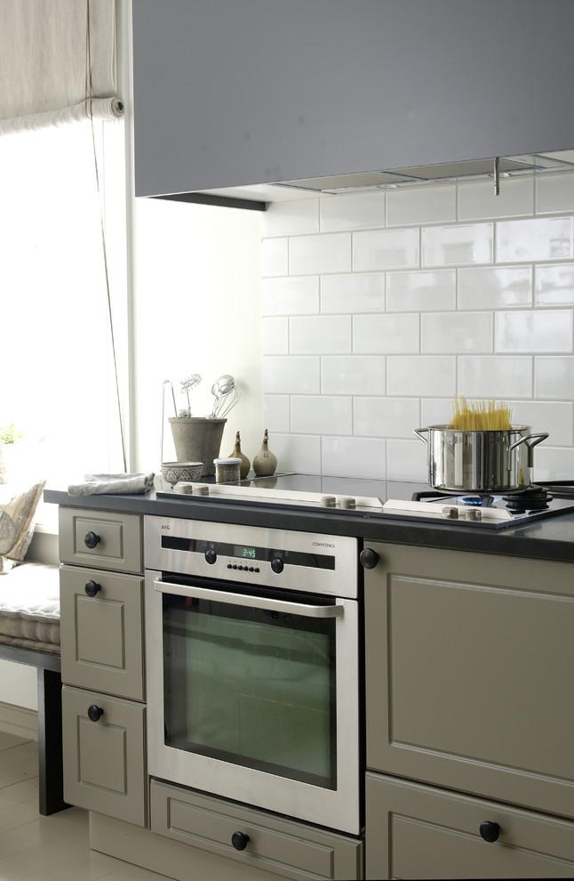 Современная варочная панель и встроенная духовка в интерьере кухни