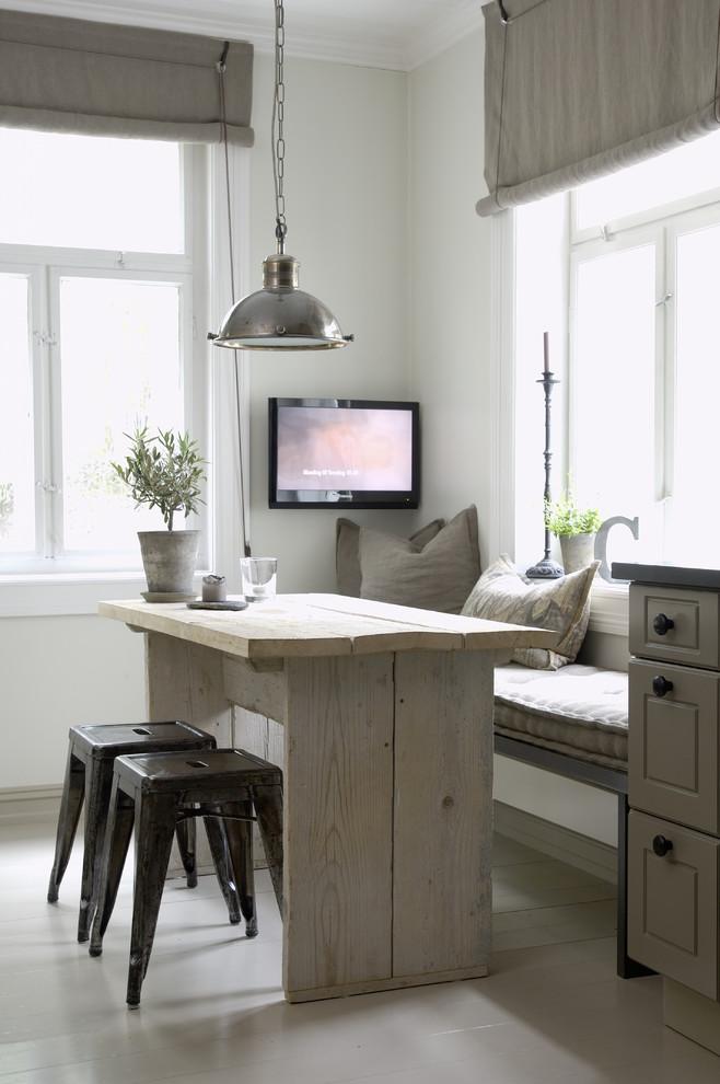 Простой обеденный стол из деревянных досок