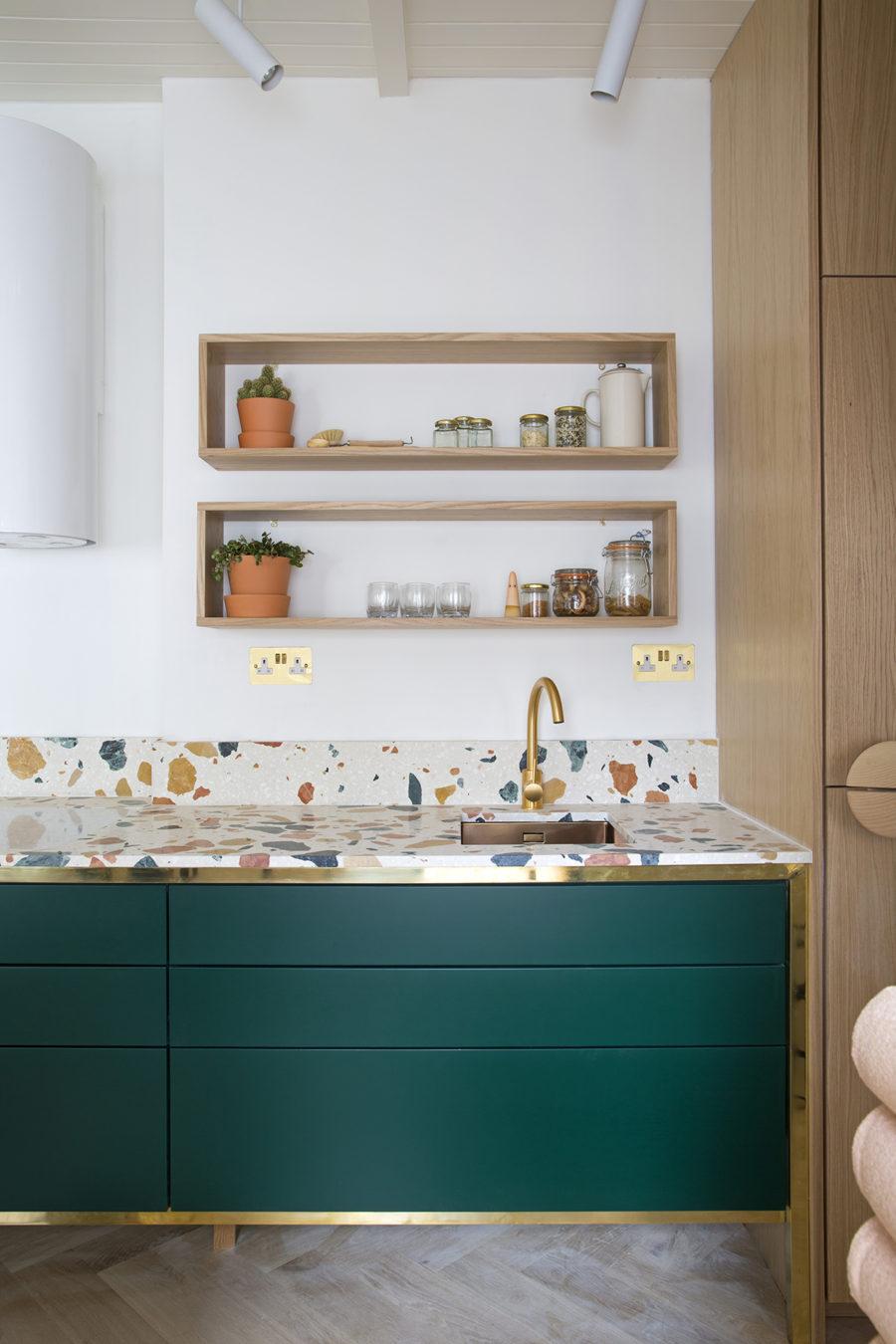 Элегантный дизайн кухонной столешницы для острова - белая поверхность с броскими разноцветными пятнами