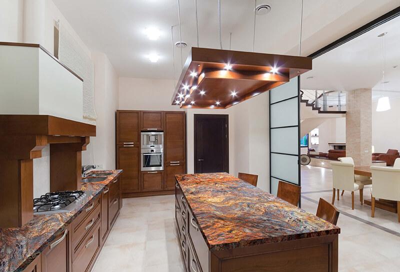Элегантный дизайн кухонной столешницы для острова - очень яркие цвета