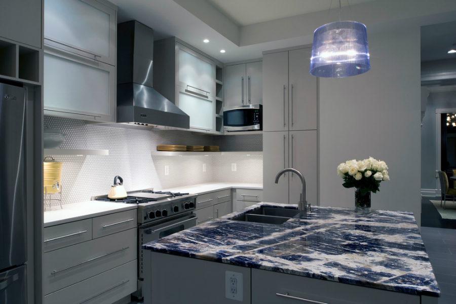 Элегантный дизайн кухонной столешницы для острова - вариант из синего гранита