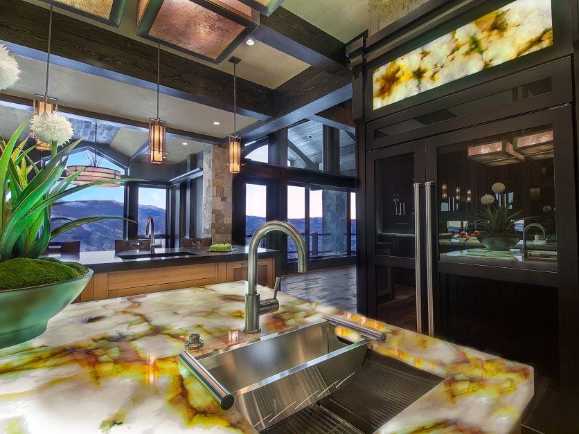 Элегантный дизайн кухонной столешницы для острова - жёлто-белая столешница