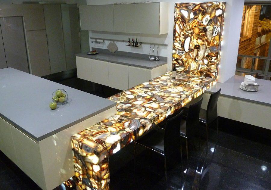 Элегантный дизайн кухонной столешницы для острова - полуостров из оранжево-жёлтого агата