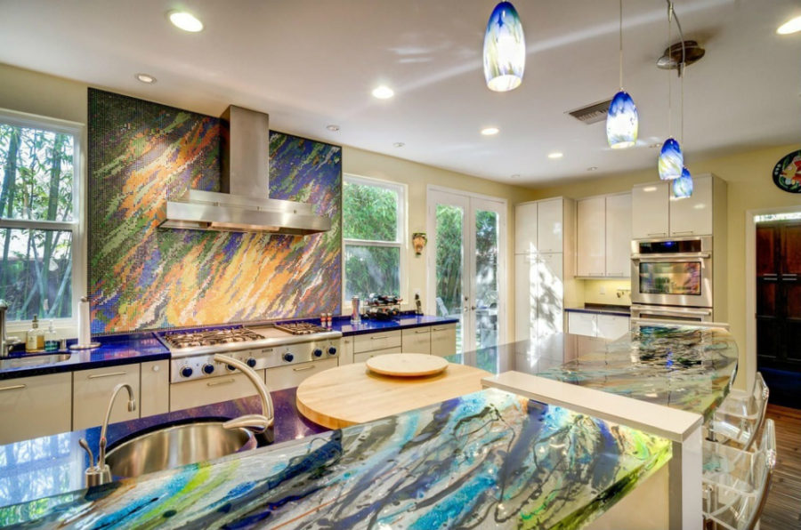 Элегантный дизайн кухонной столешницы для острова - столешница из цветного стекла