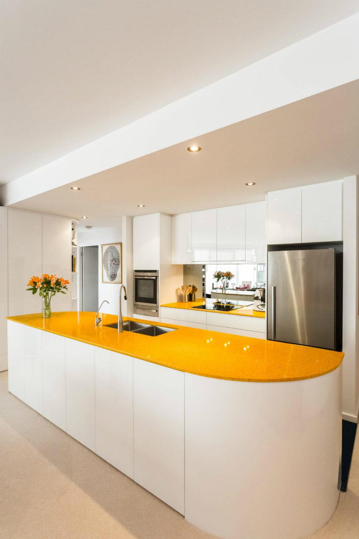 Элегантный дизайн кухонной столешницы для острова - жёлтая поверхность острова