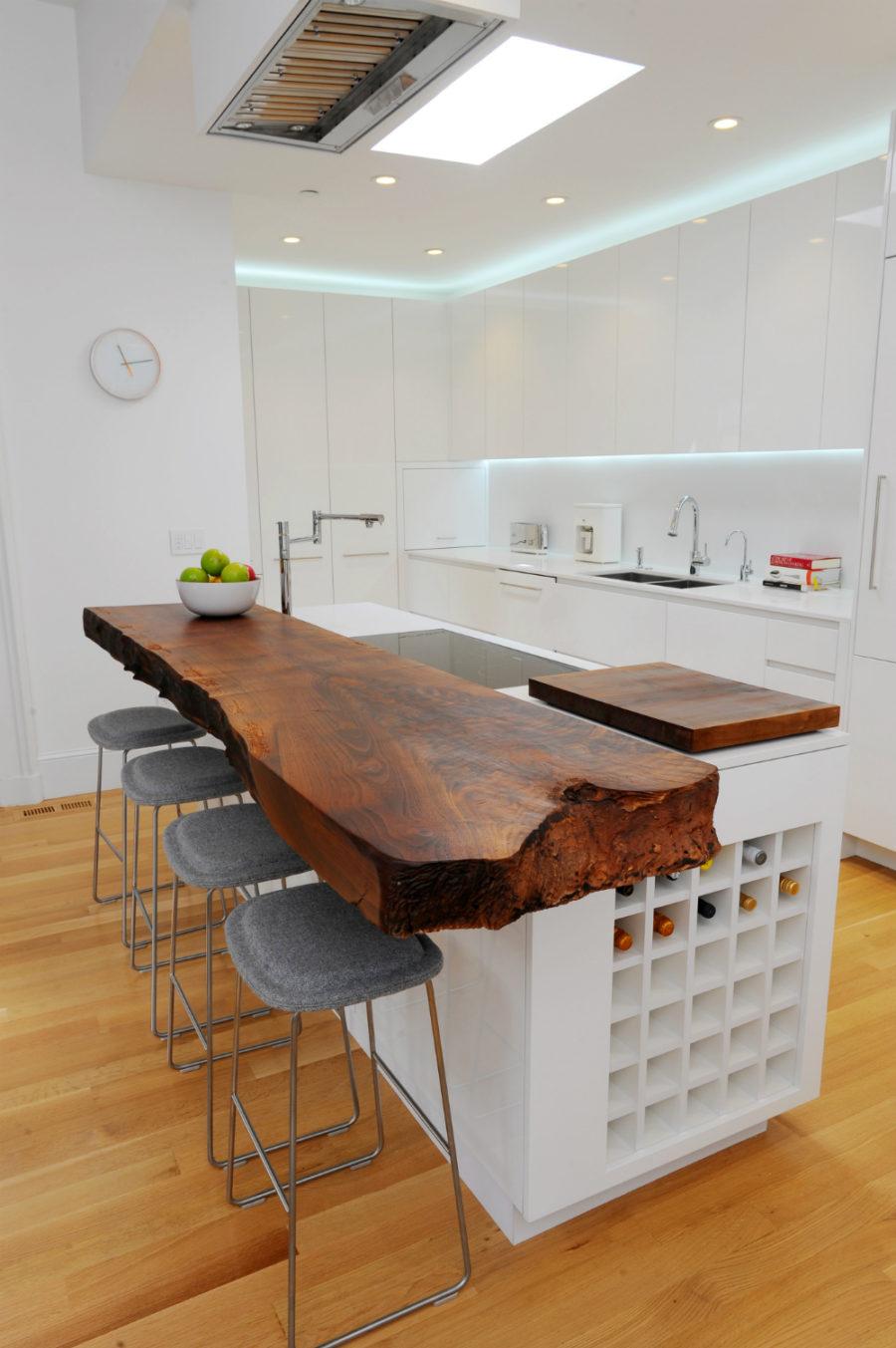 Элегантный дизайн кухонной столешницы для острова - тёмная толстая доска с неровными краями
