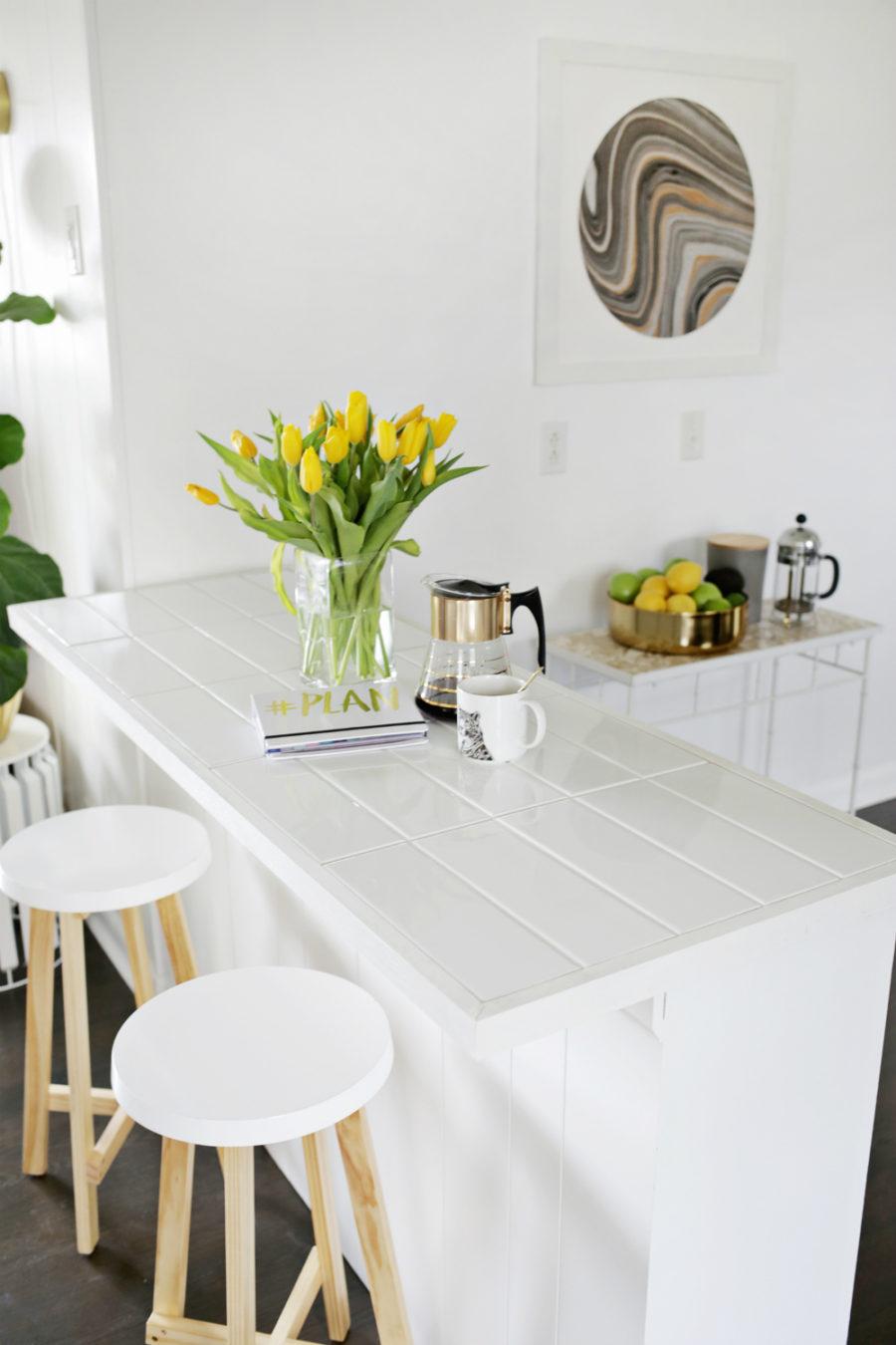 Элегантный дизайн кухонной столешницы для острова - белый в интерьере