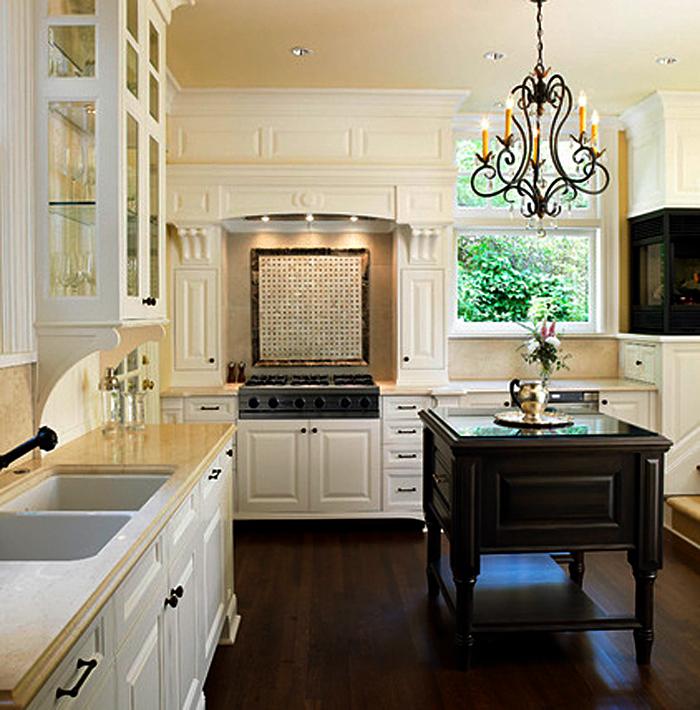 Красивая люстра в интерьере кухни