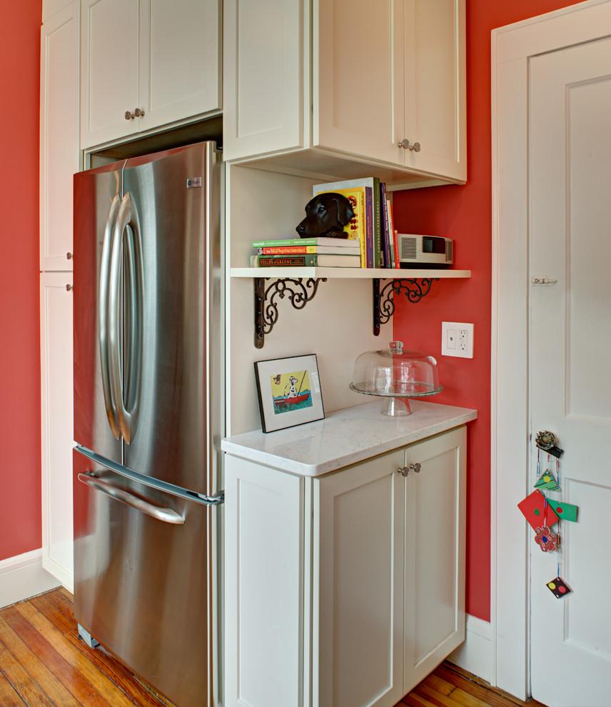 как лучше установить холодильник на кухне фото несколько