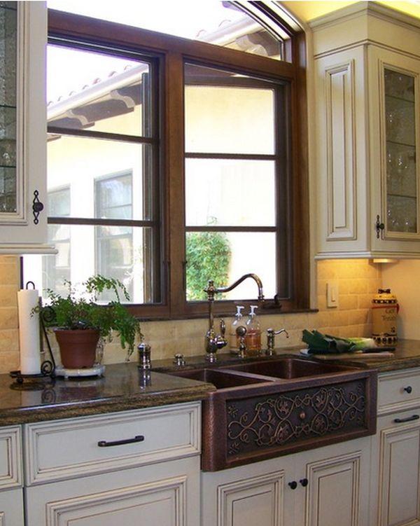 Винтажная раковина с двумя чашками в интерьере кухни
