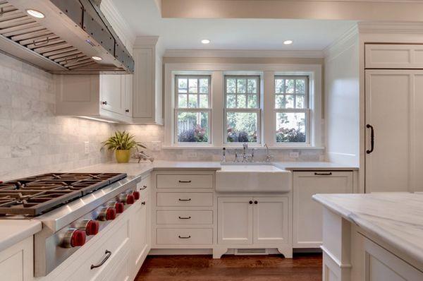 Большая глубокая раковина в интерьере кухни