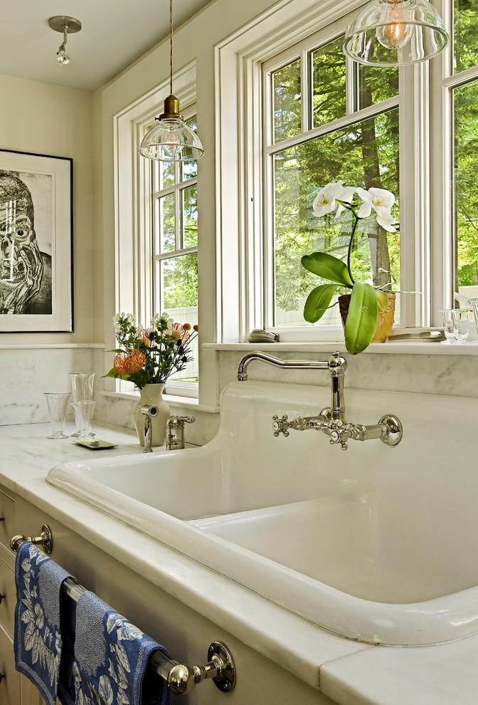 Стильный дуэт смесителя и раковины в интерьере кухни от Smith & Vansant Architects PC