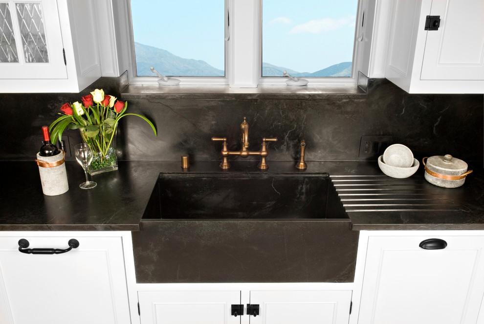 Стильный дуэт смесителя и раковины в интерьере кухни от Soapstone Werks