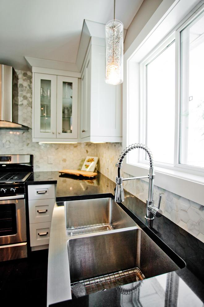 Стильный дуэт смесителя и раковины в интерьере кухни от Madison Taylor