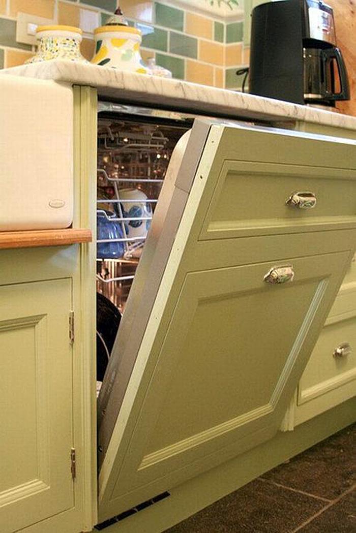 Встроенная посудомоечная машина в зелёном гарнитуре классической