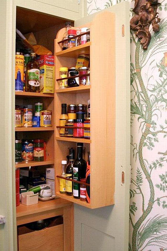 Полки со специями на внутренней стороне дверцы кухонного шкафчика