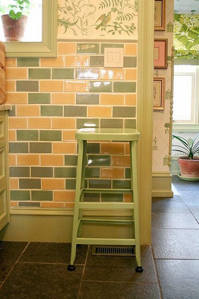 Детали интерьера: жёлто-зелёная плитка в интерьере кухни