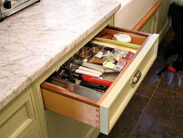 Светло-зелёный гарнитур с выдвижным ящиком для кухонных мелочей