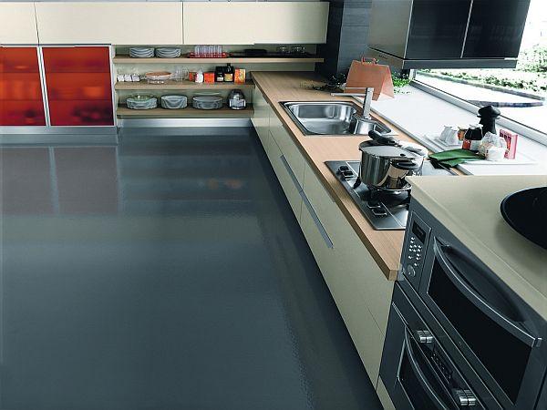 Стильный дизайн интерьера кухни с большим окном для естественного освещения