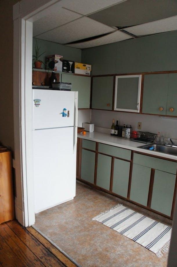 Отваливающийся потолок во всей красе. Холодильник закрывал доступ к шкафам