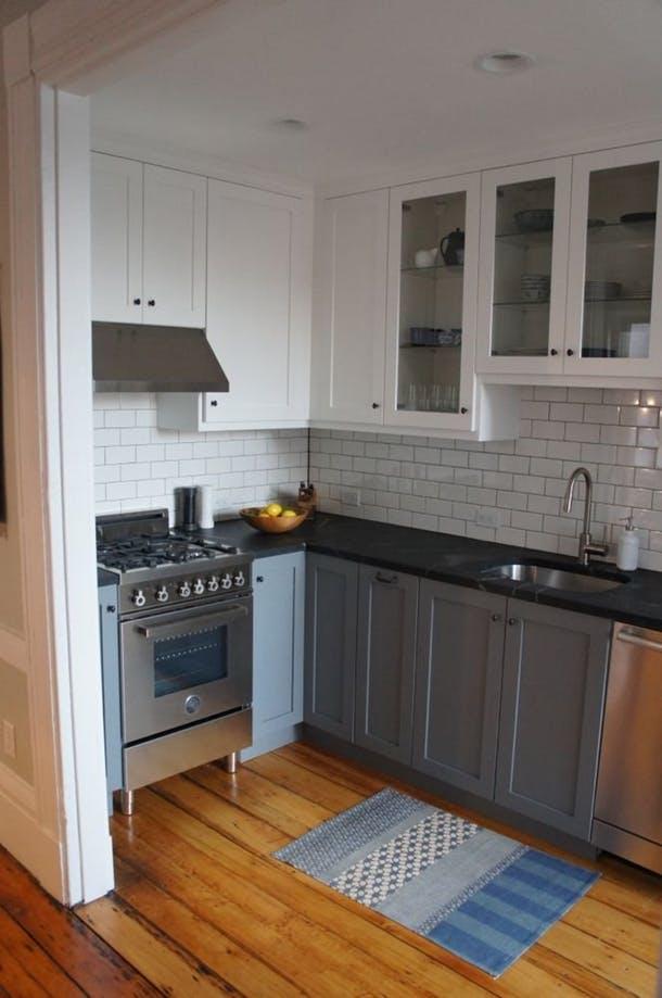 Поменяли потолок, переставили плиту, добавили шкафчиков