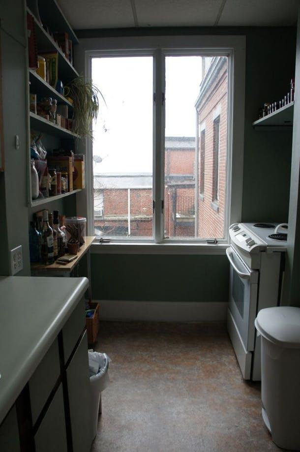 Вид старой кухни от двери